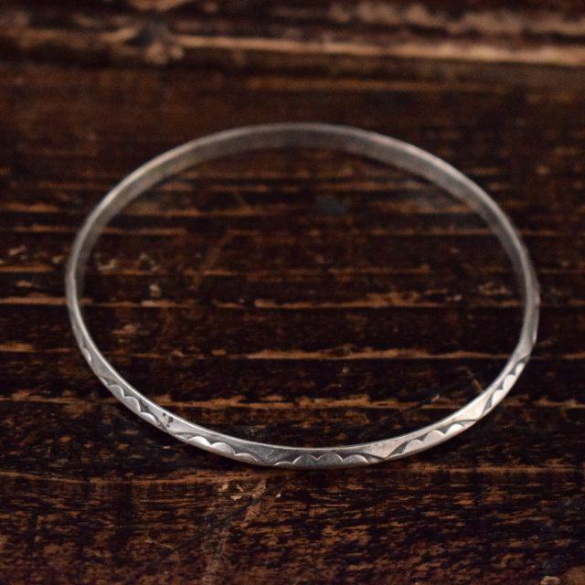 画像1: VINTAGE ナバホ族 Stamp work silver bangle (1)