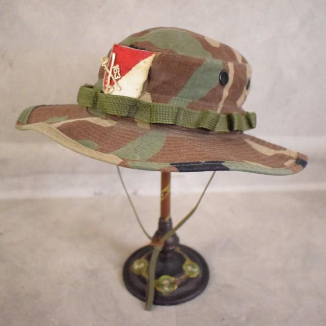 画像1: ●【SALE】 U.S.ARMY ウッドランドカモ柄 バッチ・ワッペン付き バケットハット SIZE 7 1/4 (1)